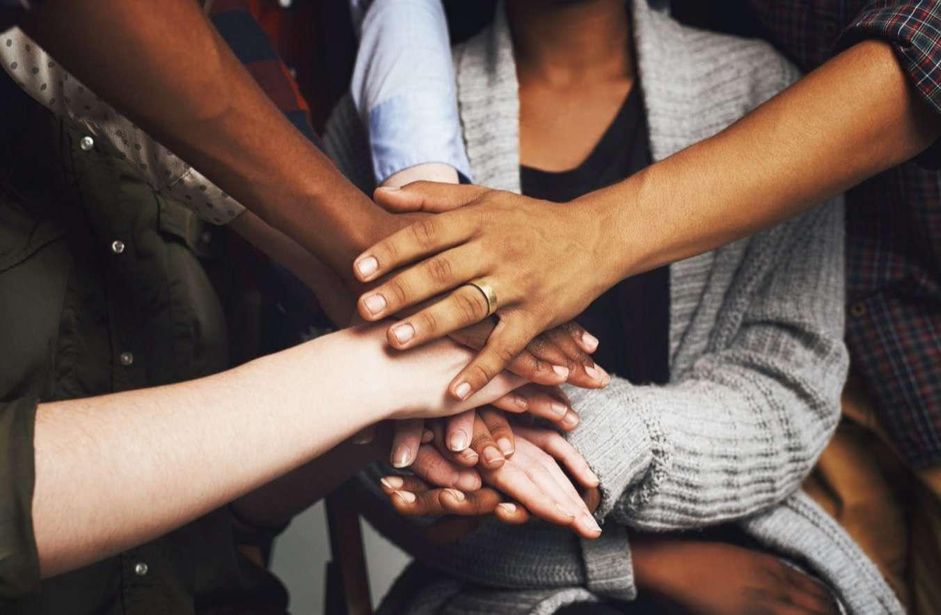 grupa osób na zajęciach psychologicznych współpracuje ze sobą